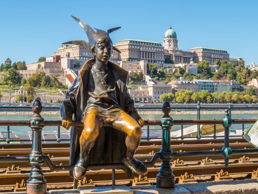 budapest-street-sculptures-statue-of-the-little-princess-with-buda-hill-in-background-94397332